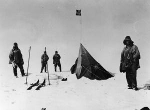 La celebre foto della tenda montata dalla spedizione di Amundsen e ritrovata da quella di Scott al Polo Sud