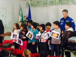 Astronauta con alunni