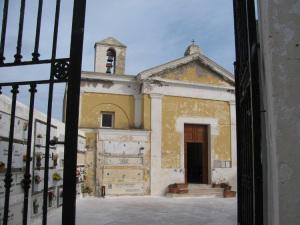 Cimitero Ponza. Ingresso
