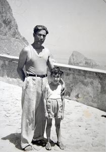 Enzo con il padre sul piazzale del Faro della  Guardia