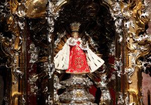 Il Bambino Gesù di Praga nel suo altare