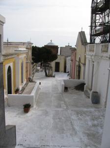 La piazzetta del Cimitero dall'ingresso