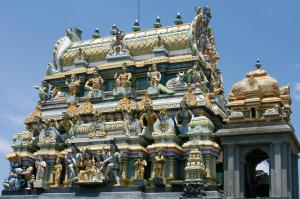 Folla di divinità su un piccolo tempio induista