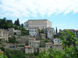 Il Palazzo Farnese sovrasta l'abitato di Caprarola
