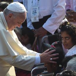Il Papa abbraccia piccolo fedele