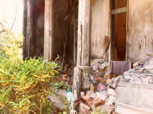 Il portico della casa di Baba