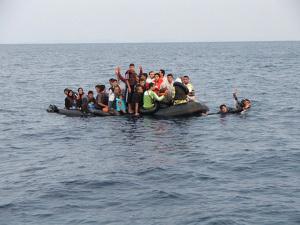 Gommone-di-migranti-alla-deriva