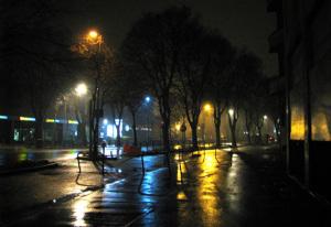 Piazza lucidata dai lampioni