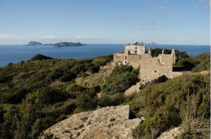Zannone Le mura del Convento di Zannone e la Casa del Guardiano.  Sfondo Ponza e Palmarola