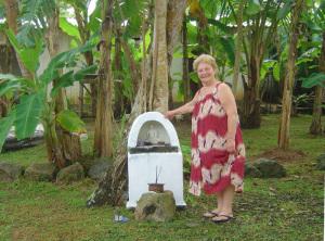 Zia Iole vicino all'altarino del Piccolo Buddha