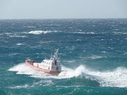 Azzorre barca con mare in burrasca