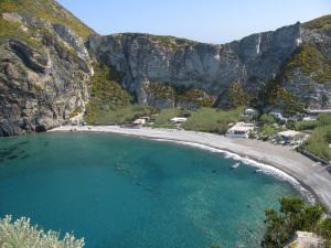 Palmarola. Spiaggia grande e case-grotte dallo scoglio di S. Silverio