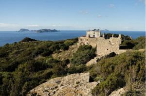 Le mura del Convento di Zannone e la Casa del Guardiano. Sfondo Ponza e Palmarola. Copia