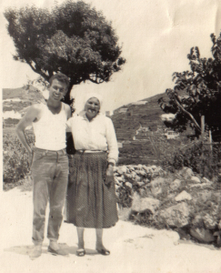 Ponza 1955 - Raffaele Sandolo con la nonna Maria Avellino nella corteglia e  davanti alle parracine