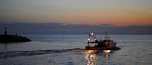 peschereccio al tramonto