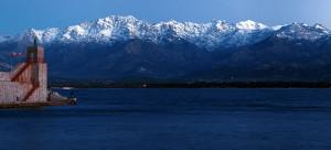 Le montagne innevate viste da Calvi