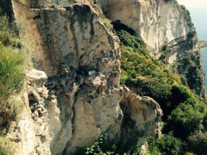 La roccia a strapiombo verso la baia di Chiaia di Luna. Punta Fieno