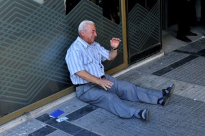 il pensionato greco che piange ai piedi di un bancomat vuoto