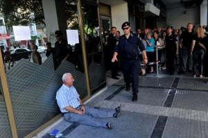 pensionato greco e fila agli sportelli bancomat