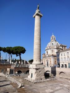 Colonna Traiana con dietro la Chiesa della Madonna di Loreto