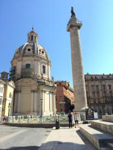 La colonna Traiana con lo sfondo della Chiesa del SS Nome di Maria