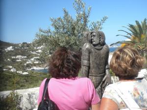 La statua sullo sfondo di Cala Feola.4