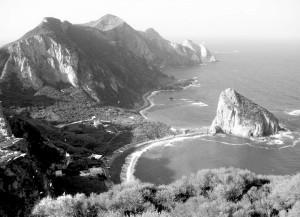 Palmarola la spiaggia e il faraglione di san Silverio