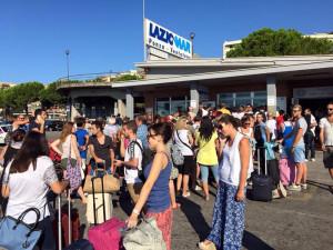Passeggeri in attesa al porto di Formia