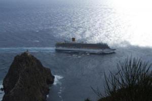Ponza_-Una-nave-crociera-doppia-il-faro-della-Guardia1