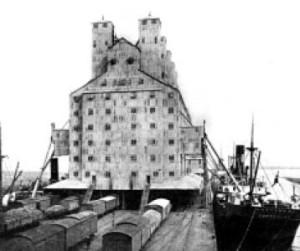 Un settore del porto. Elevatori, navi e treni. 1909.