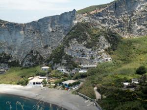 La spiaggia di Palmarola e la parete retrostante