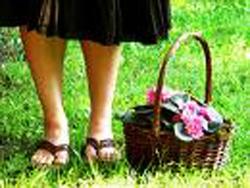 Donna con cesto di fiori
