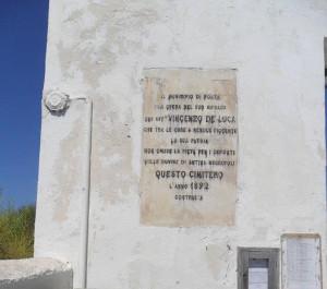 La lapide all'ingresso del cimitero