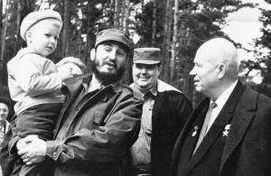 Fidel Castro con in braccio Ivan Adzhubei, nipote di Nikita Khrushchev, fotografato alla sua destra durante un viaggio a Cuba, 30 aprile 1963. (AP Photo/TASS)