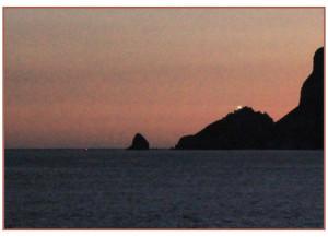 il saluto del faro ariivando con la nave nel porto foto di giacomo di fazio