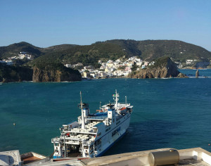 La nave ancorata a Ponza con il Levante