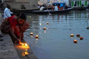 Varanasi. Lumini affidati alla corrente.2