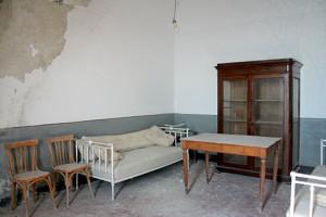 divano letto, cristalliera, tavolo e sedie d'epoca (appartamento ispettori)
