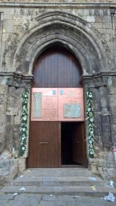 Il portale. Campo lungo.