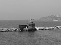 Faro all'imboccatura del porto di Procida