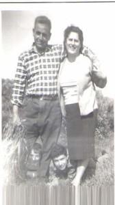Zia Elia con il marito Pierino. Tra i piedi in primo piano Enzo