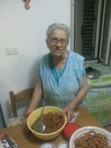 Zia Elia con un piatto di tortanelle