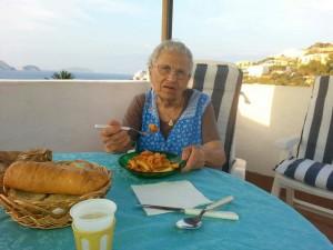 Zia Elia sul terrazzo di casa alla Dragonara