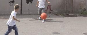 giocare a pallone per stada