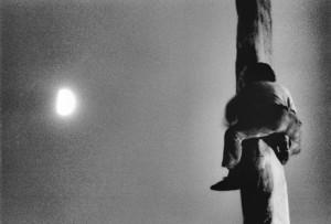 Arrampicarsi verso il cielo. Foto Mario Dondero.1994