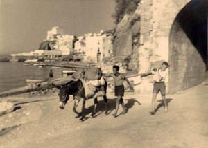 L'uscita dal grottone di S. Antonio ai tempi in cui non c'era ancora la Banchina nuova (del 1954)