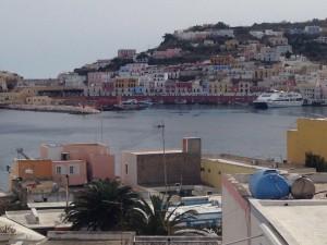 Nel porto di Ponza. Essi si guardano.2