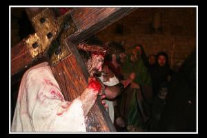 gesù sotto il peso della croce. (foto di enzo di fazio)jpg