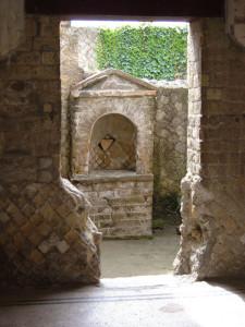 Altare dei Penati nelle rovine di Ercolano (Herculaneum)