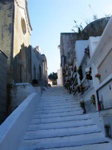 Cimitero. Scalinata dal basso